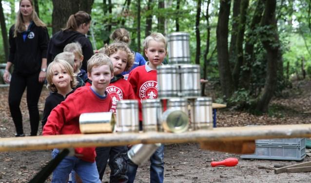 Spelletjes in het bos; typisch voor scouting.