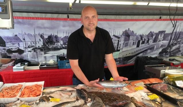 De viskraam van Lucas van Doornik staat elke vrijdag op de biologische markt in Weesp.