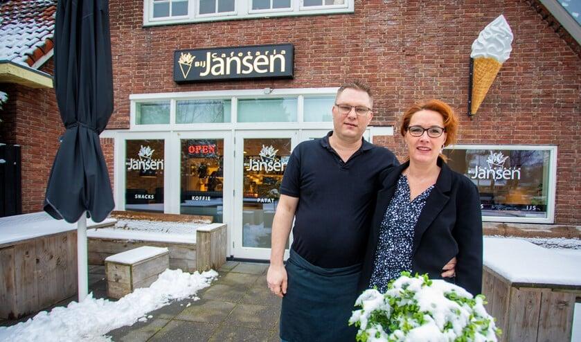 Bjorn en Wendy Jansen voor hun cafetaria Bij Jansen.