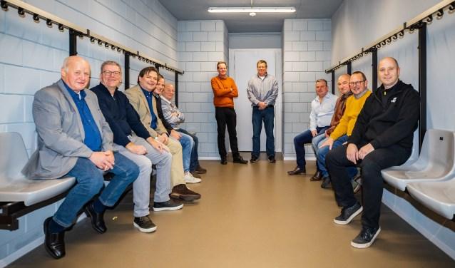 Alle betrokkenen in één van de vier nieuwe kleedkamers. Als tweede en derde van links Hans Haselager en Floris Voorink.