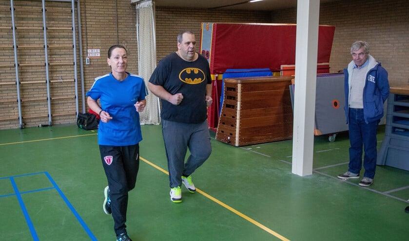 Buurtsportcoach Harriët met een van de deelnemers.