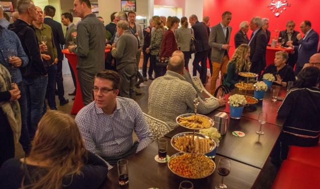 In de kantine van het gemeentehuis was het tijdens de nieuwjaarsreceptie gezellig met hapjes.