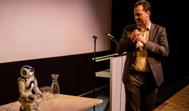 Wethouder Jeroen Klaasse en robot Nao.
