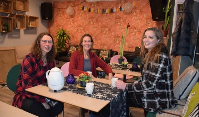 Jeske, Mireille en bewoonster Inge drinken een kopje thee in de ontmoetingsruimte.