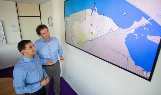 Wethouders Maarten Hoelscher (l) en Roland Boom laten zien hoe een onveilige situatie op de kaart kan worden aangegeven bij het onderzoek.
