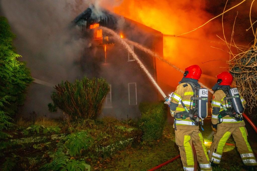 De vlammen sloegen uit het dak. Foto: Bastiaan Miché © Enter Media