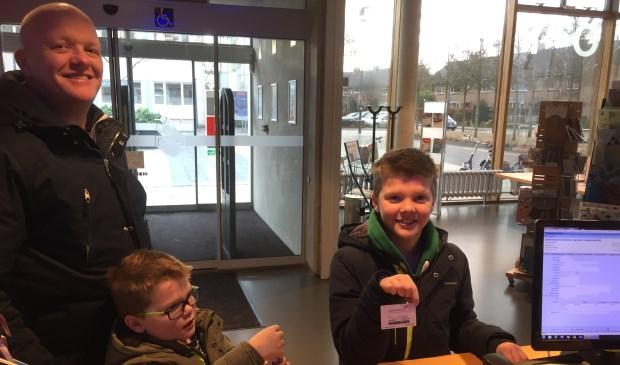 Het eerste gratis jeugdlid Thijs Meijer met zijn broer Bram en vader.