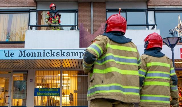 De brandweer heeft de woning actief geventileerd, omdat deze vol rook stond.