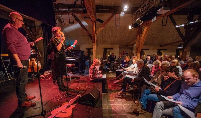 Maartje van Weegen presenteerde de inmiddels tiende editie van de Poëzie Avond.