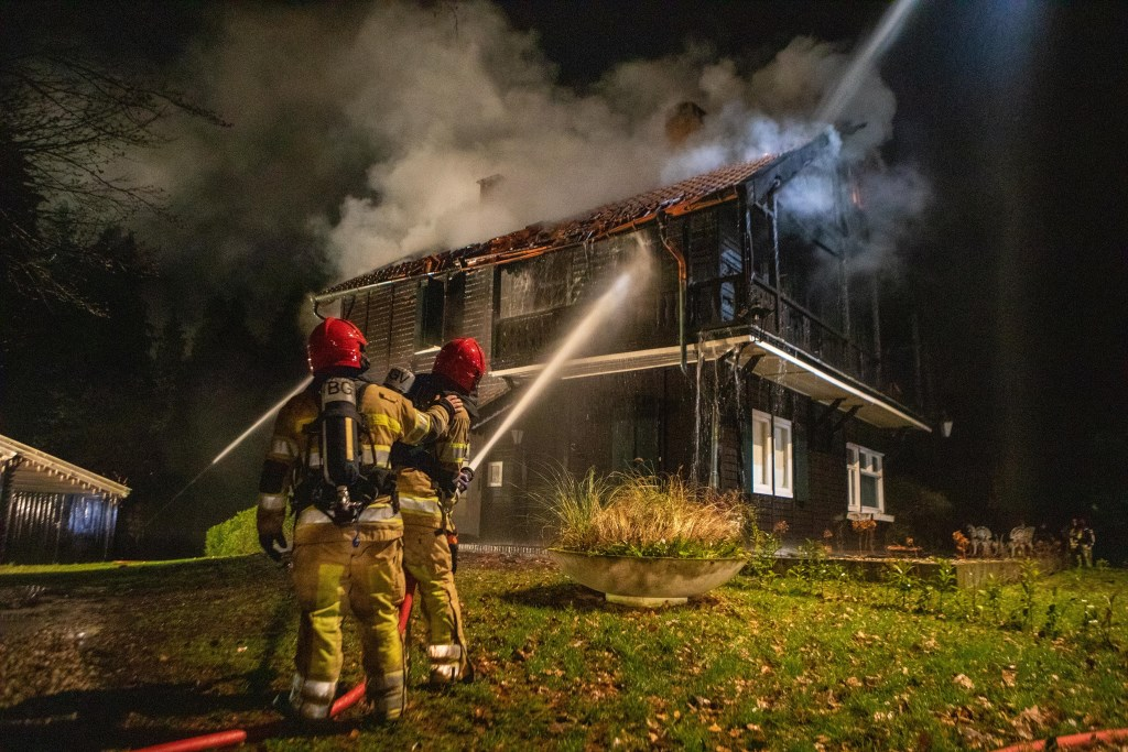 De brandweer uit de omliggende gemeenten rukte uit. Foto: Bob Awick © Enter Media