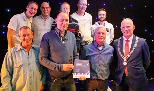 De vrijwilligers op de foto met leden van het G-team.
