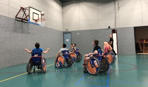 Potje basketbal in een rolstoel.