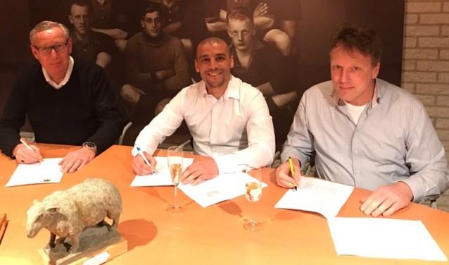 Maart vorig jaar zette Akchich (midden) zijn handtekening onder het contract bij SC 't Gooi.