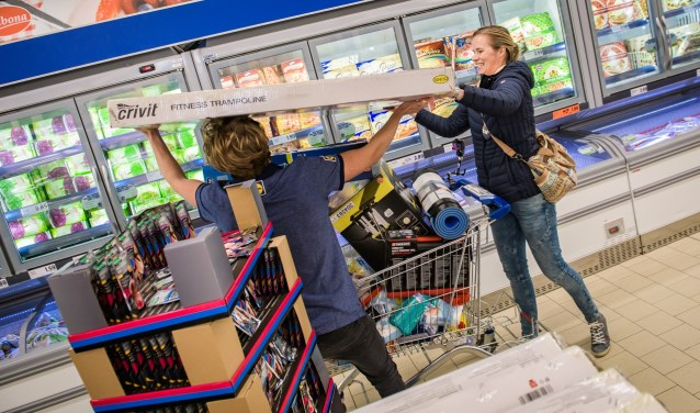 Karren werden volgestouwd tijdens de gratis minuut winkelen.