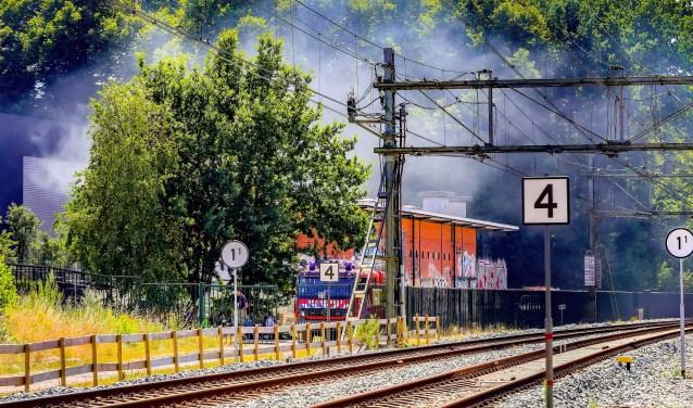 Het duurde zaterdag 14 juli uren voordat de brand, vlakbij station Sportpark, geblust kon worden.