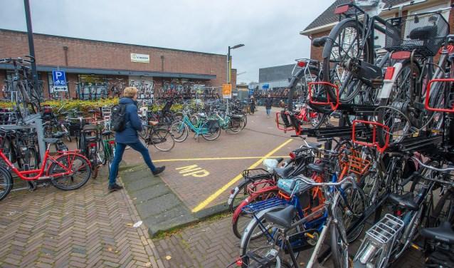 Weghalen 'foute' fietsen bij station Naarden-Bussum leidt tot verdeelde reacties - BussumsNieuws
