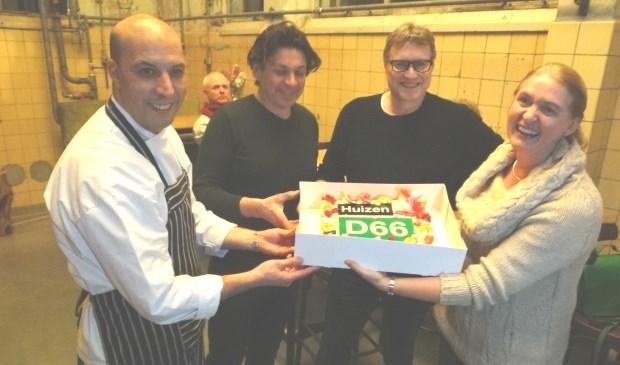 Tarek, Peter en Pieter nemen de  taart in ontvangst uit handen van Karin.