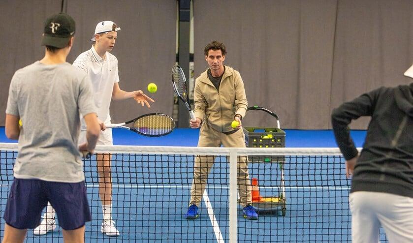 Trainer Filippo Messori, die zelf ooit Roger Federer versloeg, aan de slag met enkele pupillen die hij in kleine groepen traint.