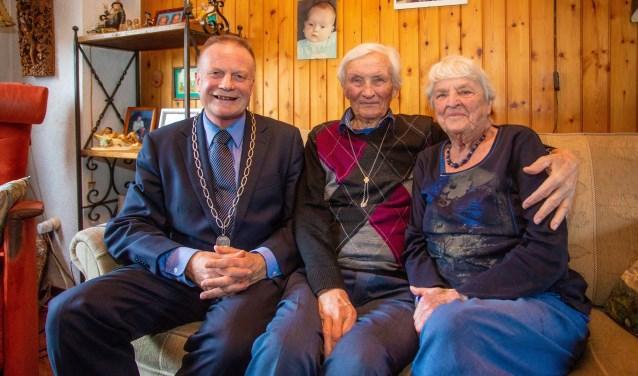 Burgemeester Sicko Heldoorn kwam vandaag op bezoek bij Harry en Bijtje Gielen.