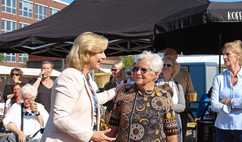 Wethouder Marlous Verbeek met organisator Olga Dol op de Kunst- en Cultuurmarkt van vorig jaar.
