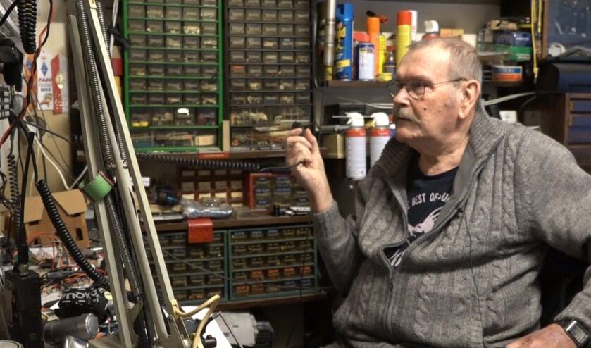 Victor de Vries in de kamer waar hij zijn hobby als zendamateur uitoefent.