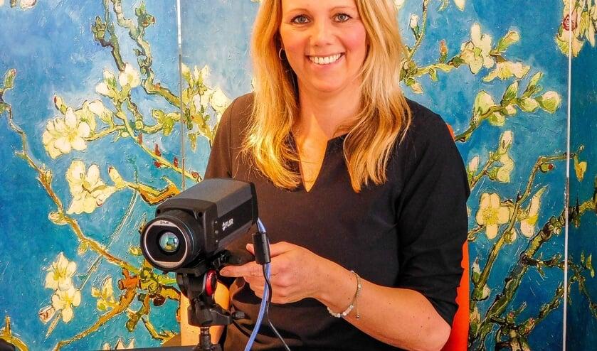 """Marike Westra: """"We kijken met de ultragevoelige infraroodcamera naar de verschillen in temperatuur."""""""