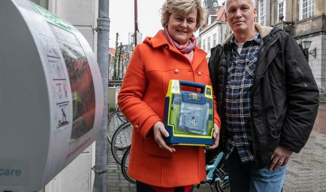 Annelies Vinken en Martin van Bakel willen alle AED's naar buiten.