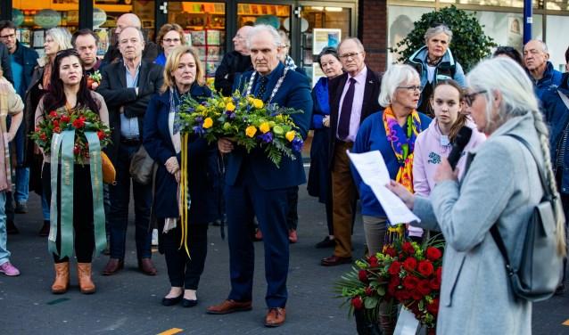 Burgemeester Broertjes legde dinsdag een krans bij het NSF-kunstwerk.
