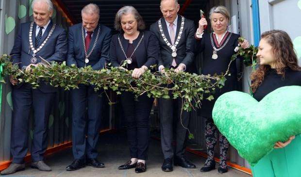V.l.n.r. Lucas Mol (initiatiefnemer), burgemeesters Pieter Broertjes (Hilversum), Sicko Heldoorn (Huizen), Joan de Zwart-Bloch (Blaricum), Han ter Heegde (Gooise Meren) en Rinske Kruisinga (Laren). Foto: PR © Enter Media