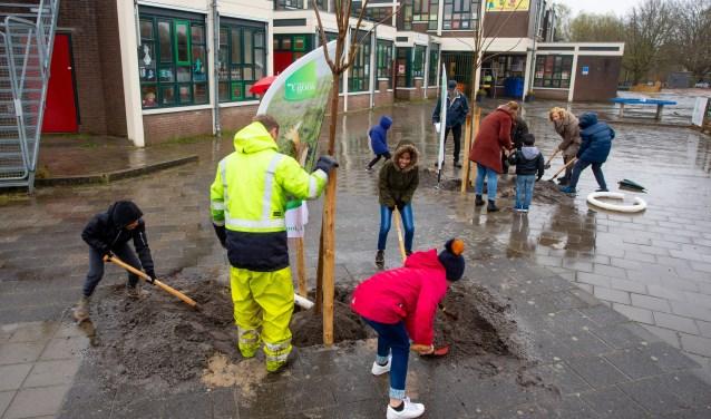 Wethouder Marlous Verbeek plaats samen met de leerlingen van de school tien Trompetbomen.