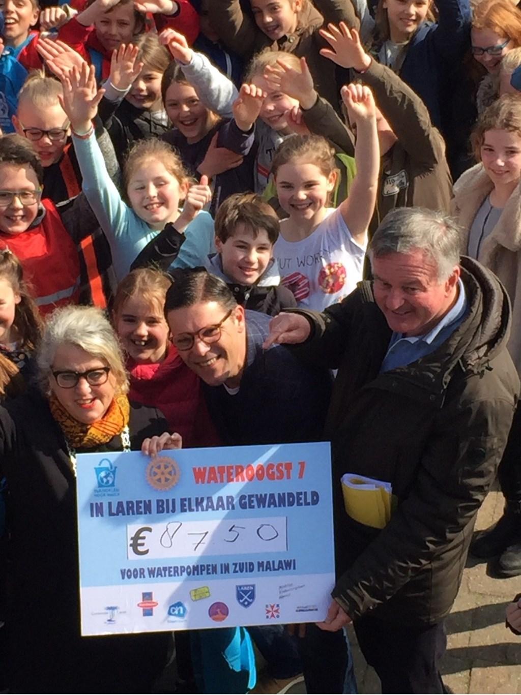 De cheque met het opgehaalde bedrag van 8.750 euro. Foto: Rotary © Enter Media