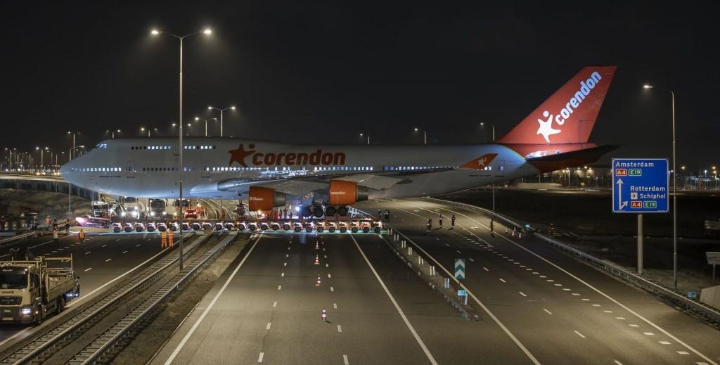 Lieneke Koornstra schreef op Facebook een blog over het vervoer van de Boeing 747 naar het Corendon Village Hotel. Foto: Arnoud.Raeven.nl  © Enter Media