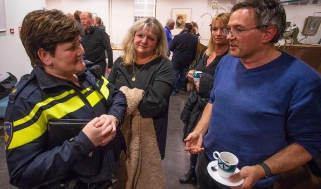 Robert Eijpe, die ook insprak, praat nog even na met politieagente Ella. Marise Lindeman-van de Koot luistert mee.