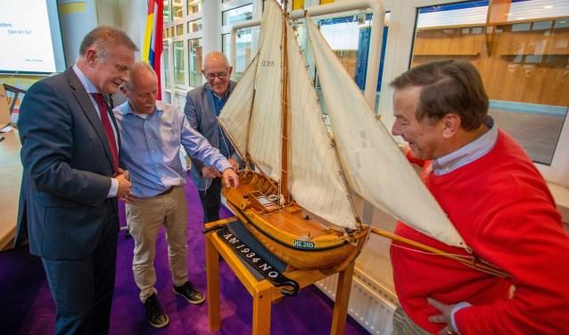 Henk Moolenaar vertelt de burgemeester wat hij allemaal heeft gedaan.