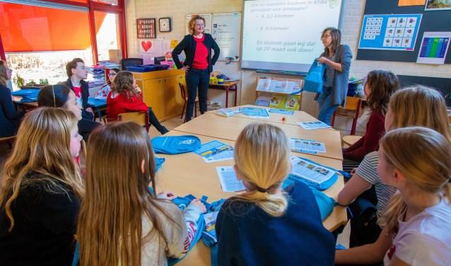 Evelien (l) en Marjolein van Rotary Huizen Gooimeer geven les op De Gouden Kraal.