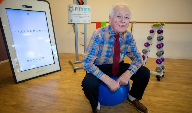 Andries Schaap komt een uurtje in de week sporten in zijn eigen outfit en is met zijn 86 jaar de oudste FitStar.