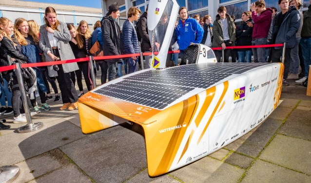 De zonnewagen trok veel bekijks op het Comenius College.