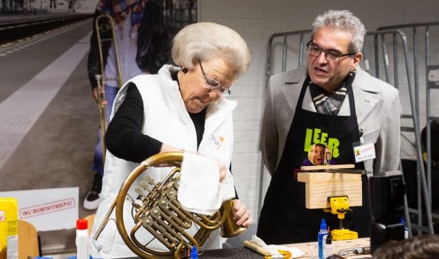 Prinses Beatrix met voorzitter Marco de Souza van de Stichting Instrumentendepot Leerorkest.
