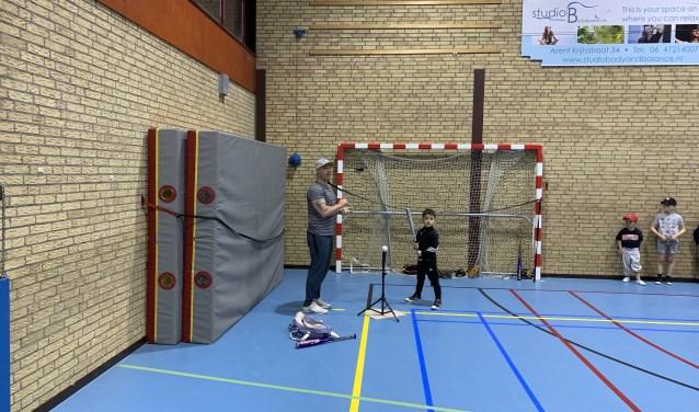 Jonge speler maakt zich op om bal te slaan.