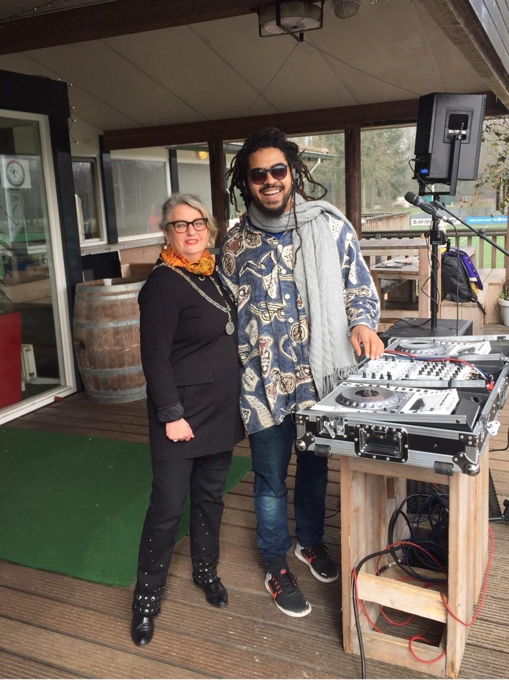 Burgemeester Rinske Kruisinga met DJ Sean Bogaers van Dynamic Arts. Foto: Rotary © Enter Media