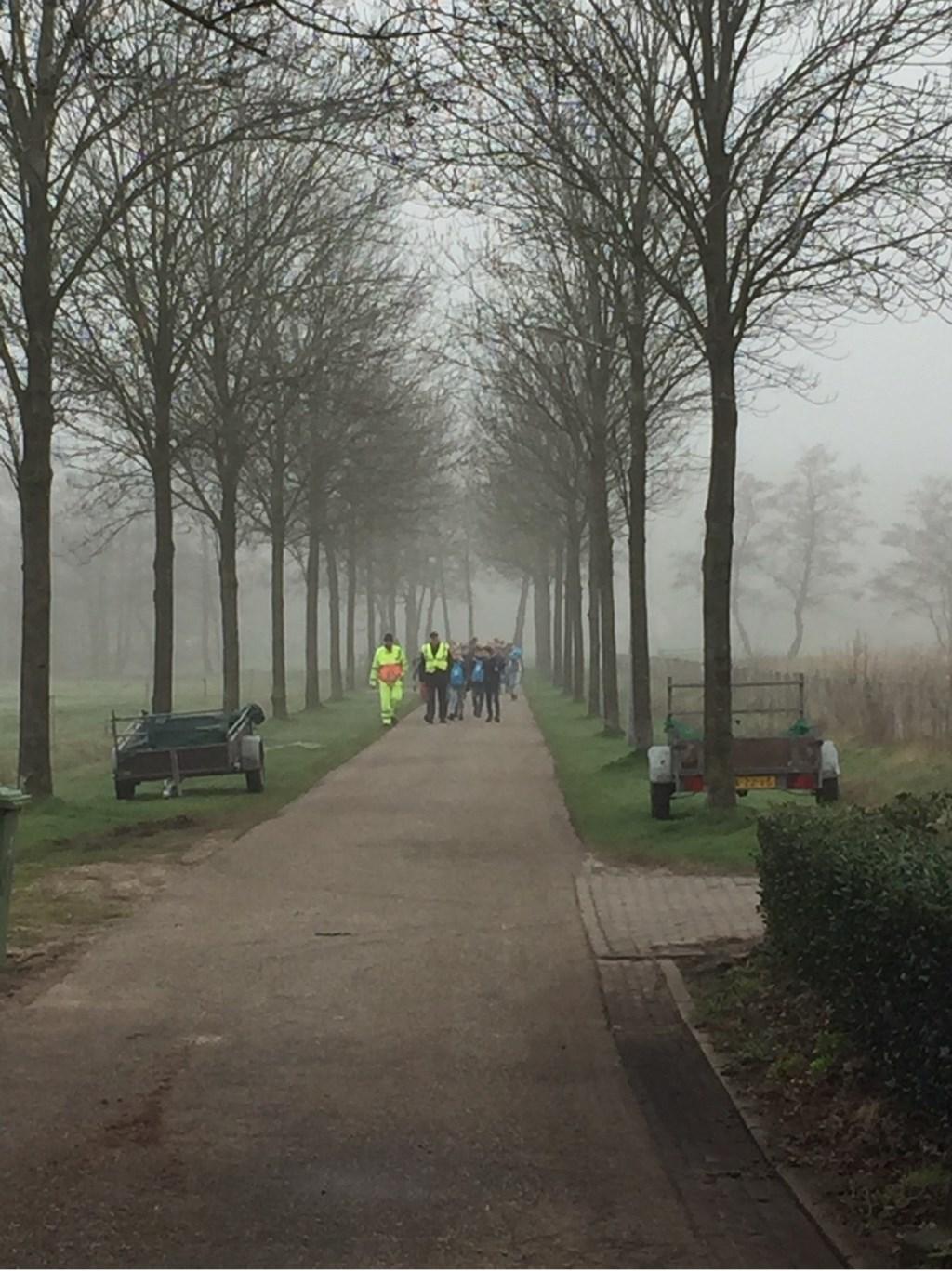 Mistig begin, groep 7 van Binckhorst-St. Jan komt aan bij de waterzuivering. Foto: Rotary © Enter Media