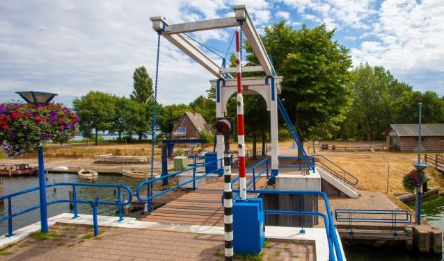 De brug bij de aanloophaven mag weer door de Stichting Vaarkracht worden bediend.