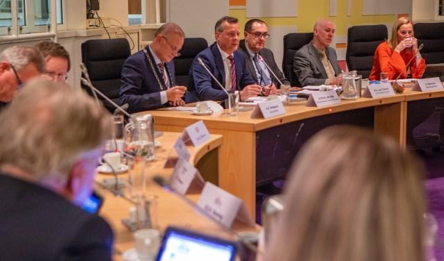 Commissaris van de Koning Arthur van Dijk was in Huizen voor een speciale raadsvergadering over de profielschets voor een nieuwe burgemeester.