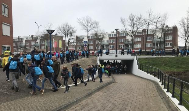 230 leerlingen liepen zes kilometer rondom de Oostermeent.
