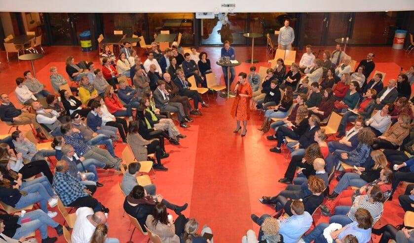 Annet Kil, voorzitter College van Bestuur van de Gooische Scholen Federatie, opent de avond