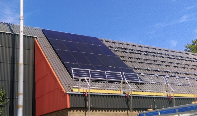 Zonnepanelen op het dak van Sporthal Aetsveld.