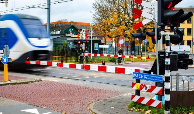 Het Hilversumse spoor zorgt niet voor tweedeling in het dorp, zo meent het college.