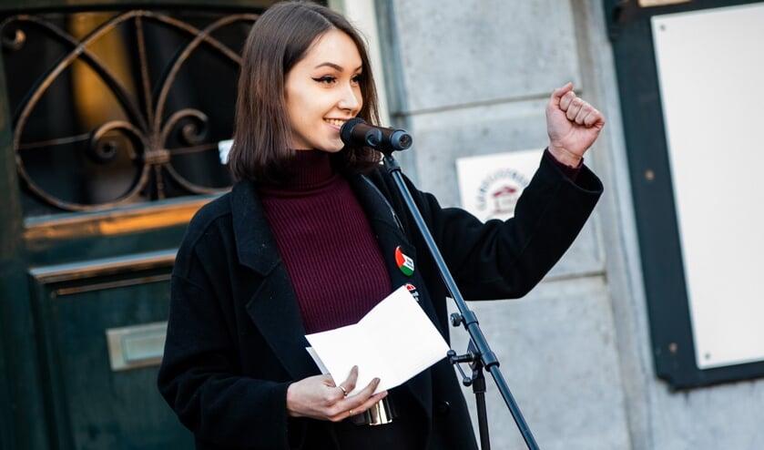 Rebekka Timmer afgelopen dinsdag tijdens de herdenking van de Februaristaking op de Kerkbrink.