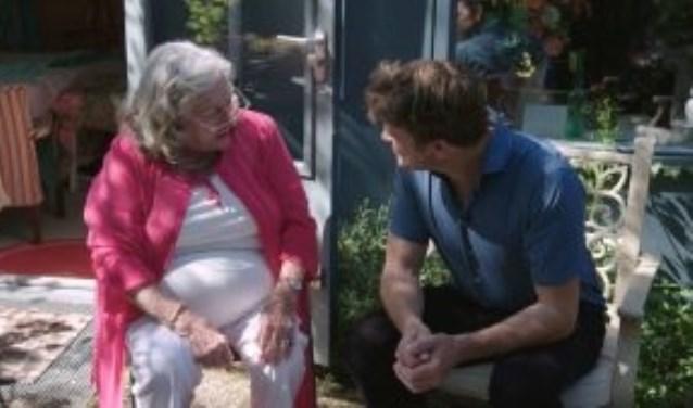 Beau van Erven Dorens in gesprek met bewoonster Caroline Kaart.
