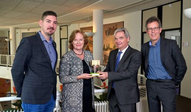 Wethouder Marlous Verbeek-Nooijens ontvangt award uit handen van Gied van Hoorn (LightRec, rechts) en René Eijsbouts (Wecycle, uiterst rechts), links Thomas Wittekamp (beheerder openbareverlichting gemeente Huizen)